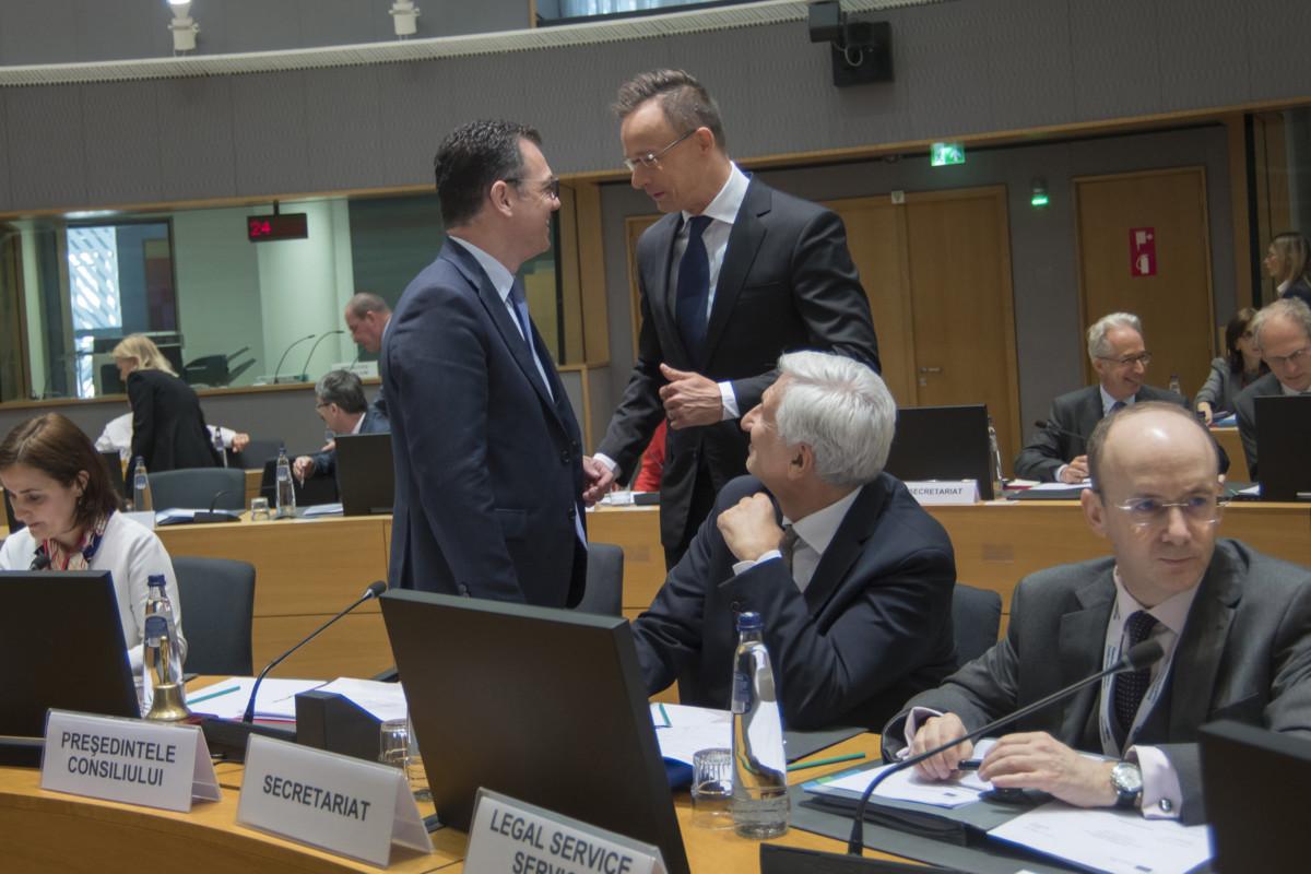 Szijjártó Péter külgazdasági és külügyminiszter (középen j) és Stefan-Radu Oprea üzleti környezetért, kereskedelemért és vállalkozásokért felelős román miniszter, a munkaülés elnöke (középen b) beszélget a Külügyek Tanácsa kereskedelmi formációjú munkaülése előtt Brüsszelben 2019. május 27-én.
