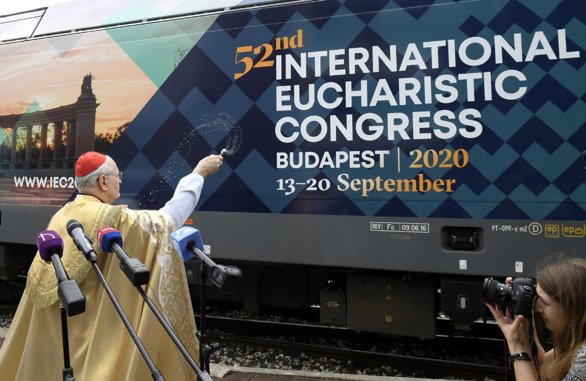 Erdő Péter bíboros, esztergom-budapesti érsek megáldja a 2020-as budapesti Nemzetközi Eucharisztikus Kongresszust népszerűsítő mozdonyt a Vasúttörténeti Parkban, Budapesten 2019. május 28-án.