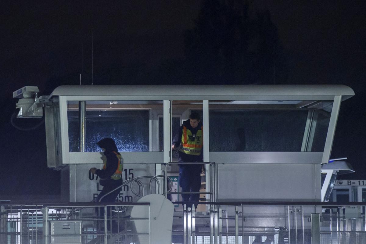 Rendőrök helyszínelnek a Viking Sigyn szállodahajón a Duna Margit híd és Árpád híd közti szakaszán 2019. május 30-án.