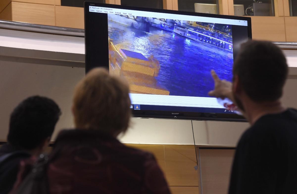 Az ütközés előtti pillanat látható a Dunán Budapestnél május 29-én éjjel történt hajóbalesetről bemutatott felvételen a Rendőrségi Igazgatási Központban, a főváros XIII. kerületében a Teve utcában 2019. május 30-án. A rendőrség büntetőeljárás keretében, szakértők bevonásával vizsgálja a hajóbalesetet.