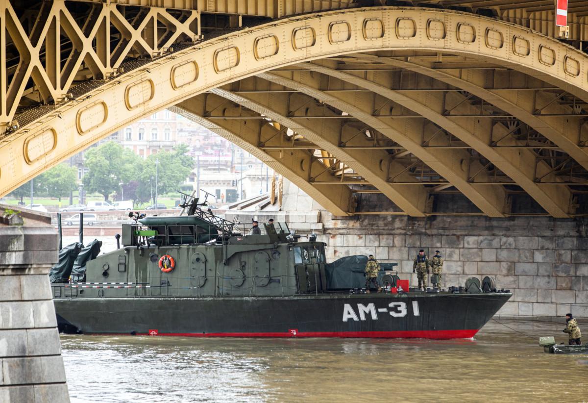 Az MH 1. Honvéd Tűzszerész és Hadihajós Ezred AM-31 Dunaújváros hajója részt vesz a hajóbalesetben elsüllyedt Hableány turistahajó állapotának vizsgálatában a Margit híd alatt 2019. május 30-án.