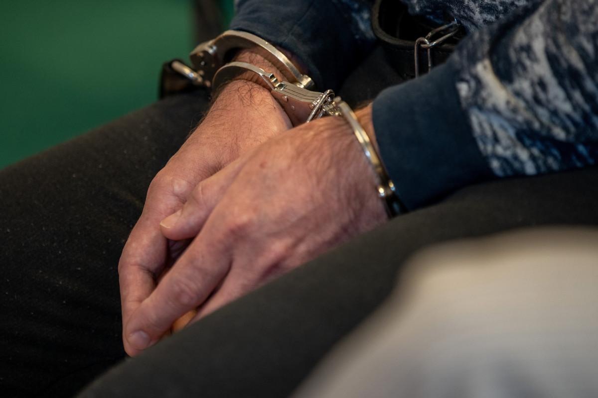 A 2017 decemberében az M5-ös autópályán egy ismerőse lelövésével és egy másik férfi életveszélyes megsebesítésével vádolt török származású férfi megbilincselt kezei büntetőperének tárgyalásán a Szegedi Törvényszék tárgyalótermében 2019. május 2-án.