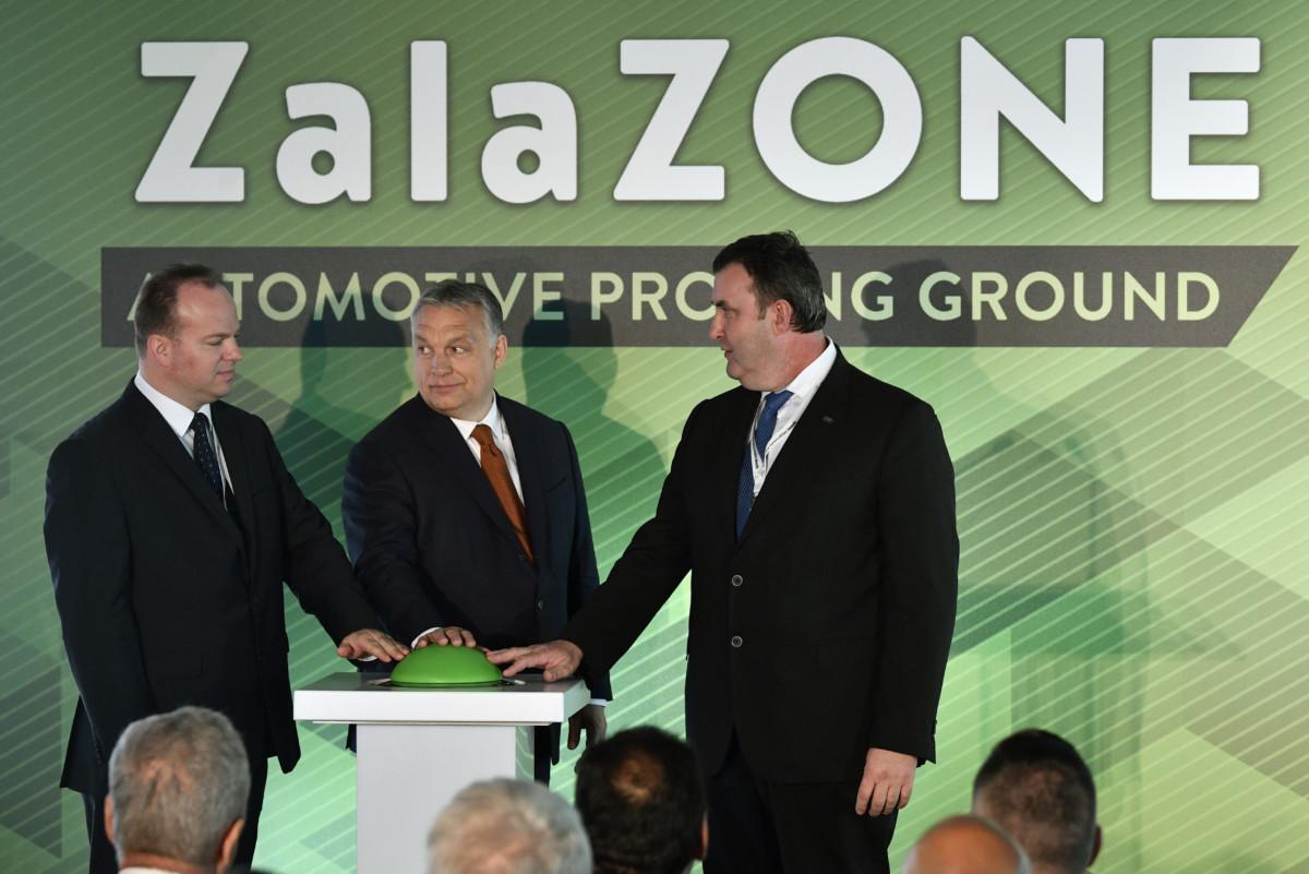 Orbán Viktor miniszterelnök (k), Palkovics László innovációs és technológiai miniszter (j) és Háry András, az Autóipari Próbapálya Zala Kft. ügyvezetője átadja a ZalaZone Zalaegerszegi Járműipari Tesztpálya első ütemét 2019. május 20-án.