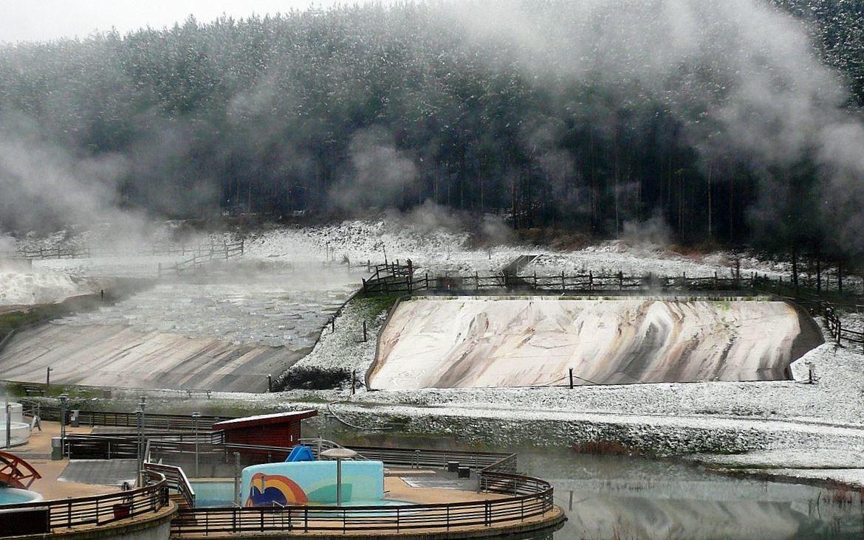 Mészkőlerakódás a domboldalról lefolyó termálvíztől Egerszalókon.