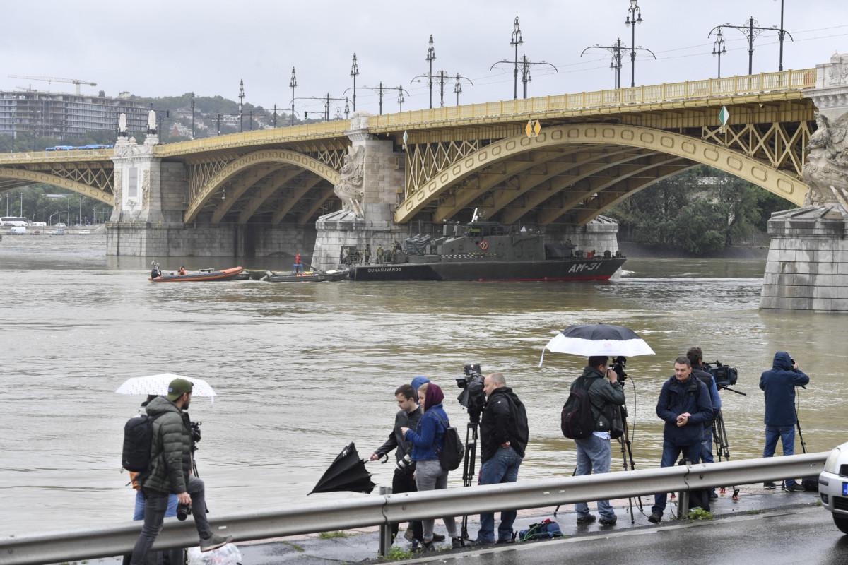 Az MH 1. Honvéd Tűzszerész és Hadihajós Ezred AM-31 Dunaújváros hajója részt vesz a hajóbalesetben elsüllyedt Hableány turistahajó állapotának vizsgálatában Margit híd alatt 2019. május 30-án.