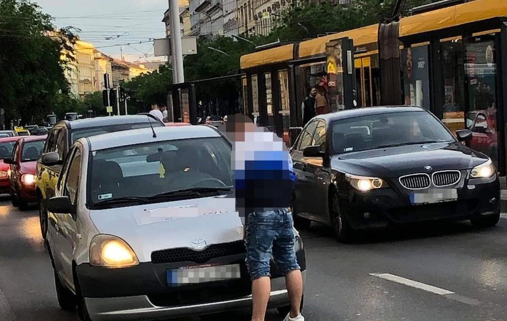 Lepisálta a saját autóját egy férfi a Nagykörúton
