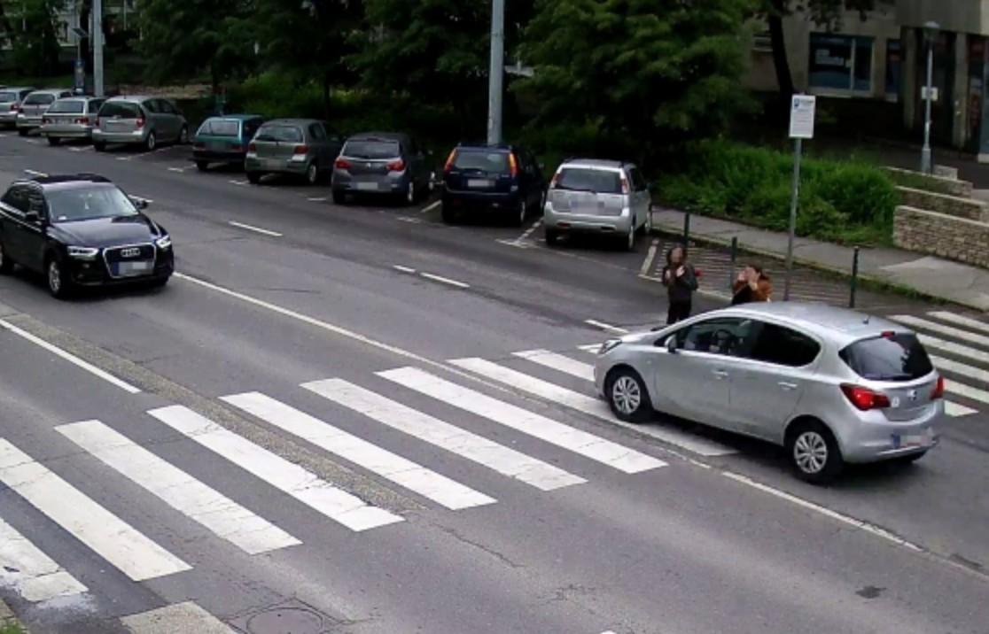 Kamera rögzítette, ahogy majdnem elgázolnak két gyereket egy kecskeméti zebrán
