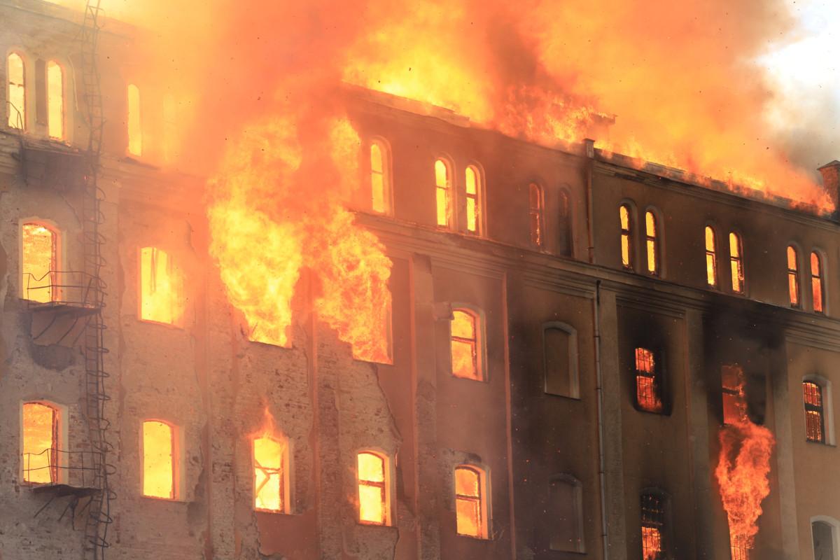 Ég az egykori István-gőzmalom épülete Békéscsabán 2019. május 21-én.