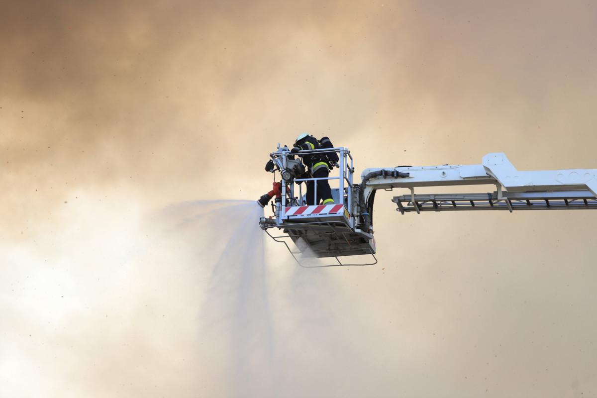 Tűzoltók az egykori békéscsabai István-gőzmalomnál, amely kigyulladt 2019. május 21-én.