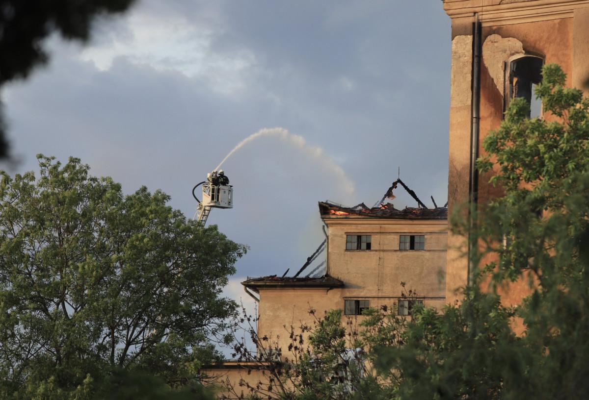 Tűzoltók az egykori békéscsabai István-gőzmalomnál, amely leégett 2019. május 21-én.