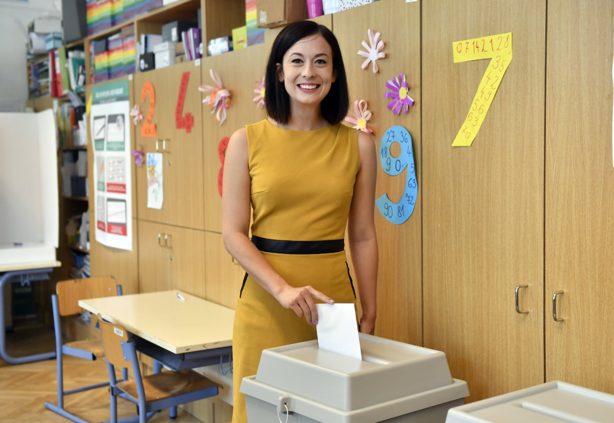 Cseh Katalin, a Momentum EP-listavezetője leadja szavazatát az európai parlamenti választáson a főváros II. kerületében az Újlaki Általános Iskolában kialakított 6-os számú szavazókörben 2019. május 26-án.