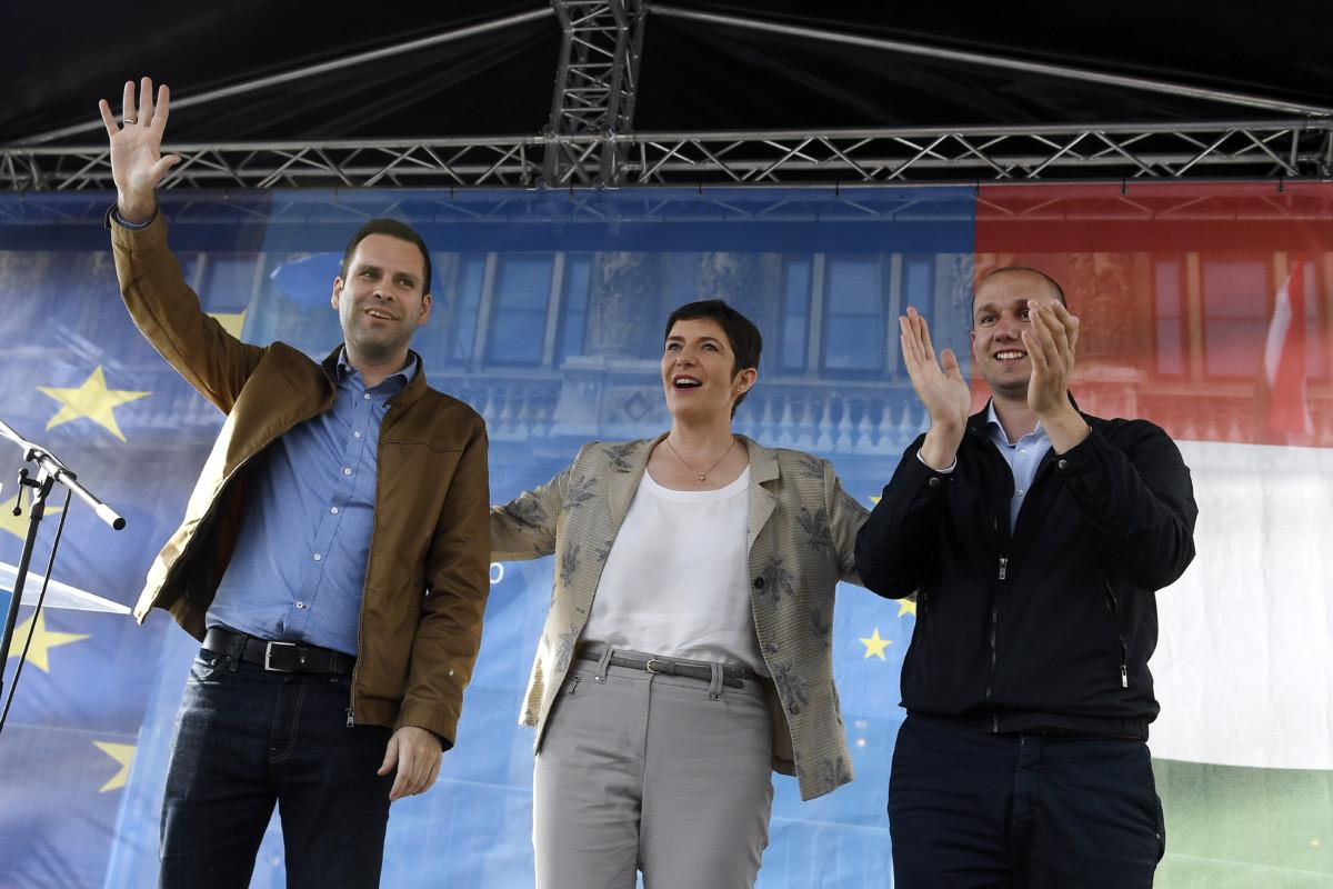 Dobrev Klára, a Demokratikus Koalíció (DK) európai parlamenti listavezetője (k), valamint Molnár Csaba (b) és Rónai Sándor képviselőjelöltek a párt kampányzáró rendezvényén a budapesti Széchenyi téren 2019. május 24-én.