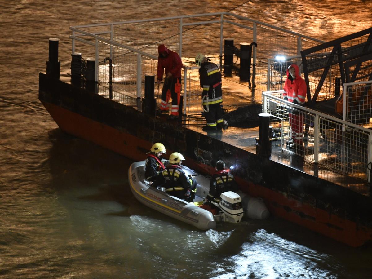 Tűzoltók és rendőrök a Müpa előtti pontonon a Parlament közelében ütközés miatt felborult és elsüllyedt Hableány rendezvényhajó utasai után kutatva 2019. május 29-én.