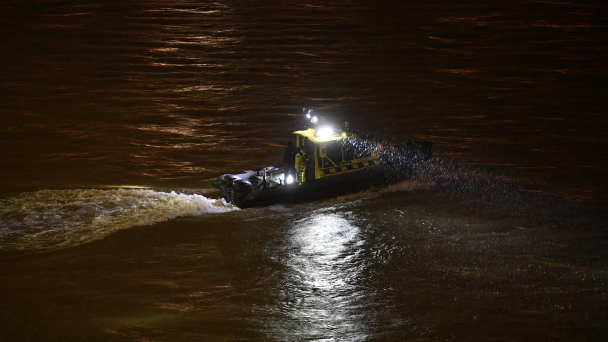 A Parlament közelében ütközés miatt felborult és elsüllyedt Hableány rendezvényhajó utasai után kutató hajó a Dunán 2019. május 29-én.