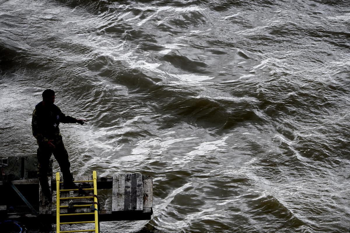 Katona a keresőpontonon a hajóbalesetben elsüllyedt Hableány turistahajó roncsainak felkutatásán, a Margit hídnál 2019. május 30-án.