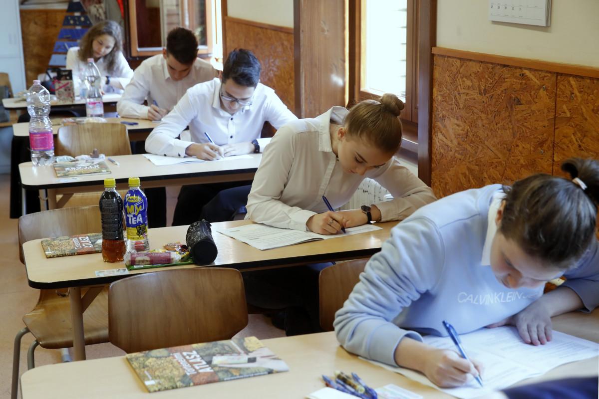 Diákok a történelem írásbeli érettségi vizsgán a fővárosi Szerb Antal Gimnáziumban 2019. május 8-án.