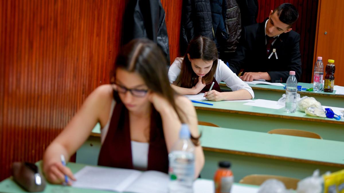 Diákok a középszintű magyar nyelv és irodalom írásbeli érettségi vizsgán a Debreceni Ady Endre Gimnáziumban 2019. május 6-án.