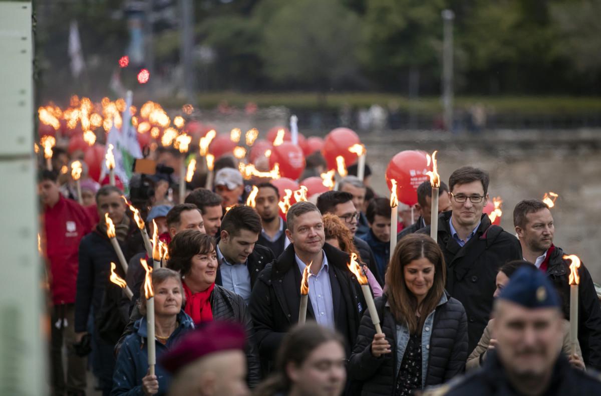 Tóth Bertalan, az MSZP elnöke, az MSZP-Párbeszéd közös listájának vezetője (k), Karácsony Gergely főpolgármester-jelölt (j2) és Ujhelyi István szocialista EP-képviselő (j) a résztvevők között a két párt Fáklyás felvonulás Európáért című rendezvényén a Szabadság hídon 2019. május 9-én.