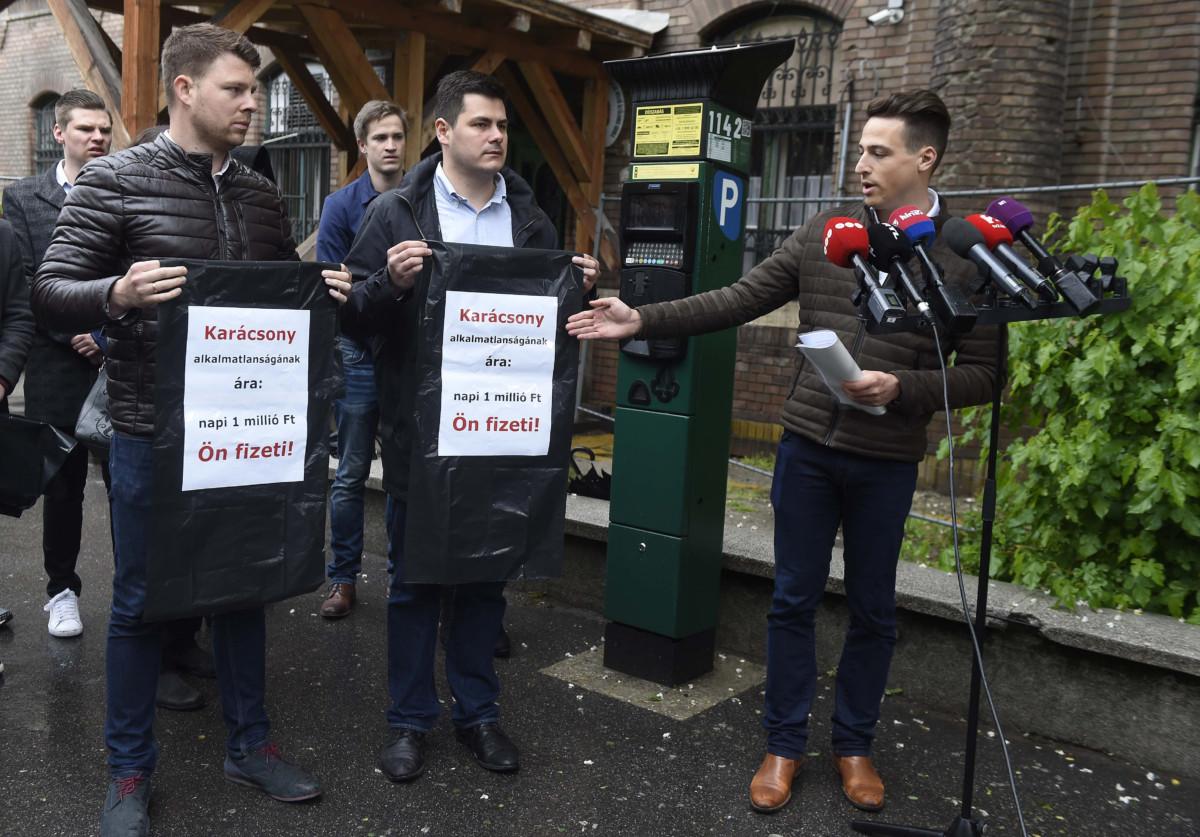 Borbély Ádám, a budapesti Fidelitas elnöke beszél a szervezetnek a zuglói parkolási botránnyal kapcsolatosan tartott akcióján a XIV. kerületi Hermina úton 2019. május 5-én.