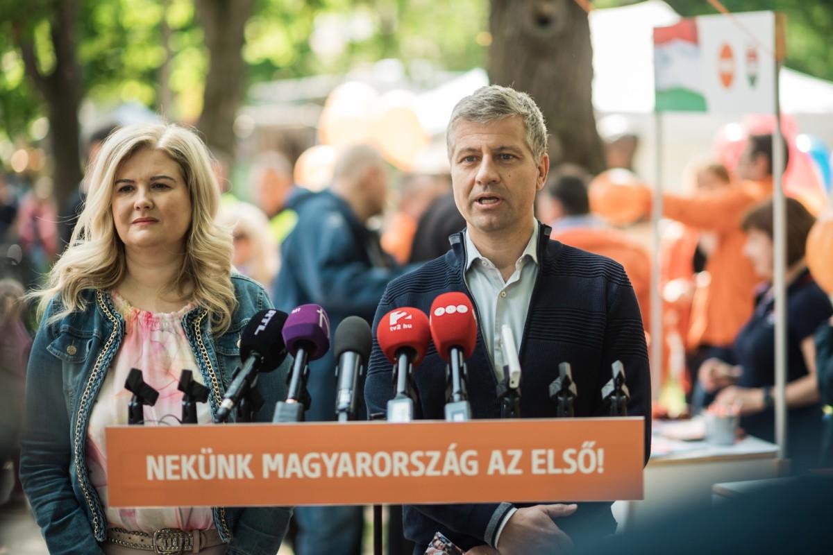 Szűnni nem akaró tömeg akarja aláírni Orbán migránsmegállító programját
