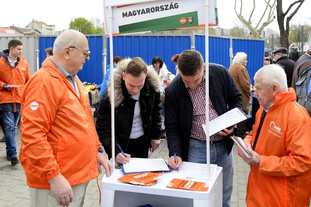Aláírják az aláírásgyűjtő íveket a Fidesz országos aláírásgyűjtő akciójának kezdetén tartott sajtótájékoztató előtt az újpesti piacnál felállított aláírásgyűjtő standnál 2019. április 6-án.