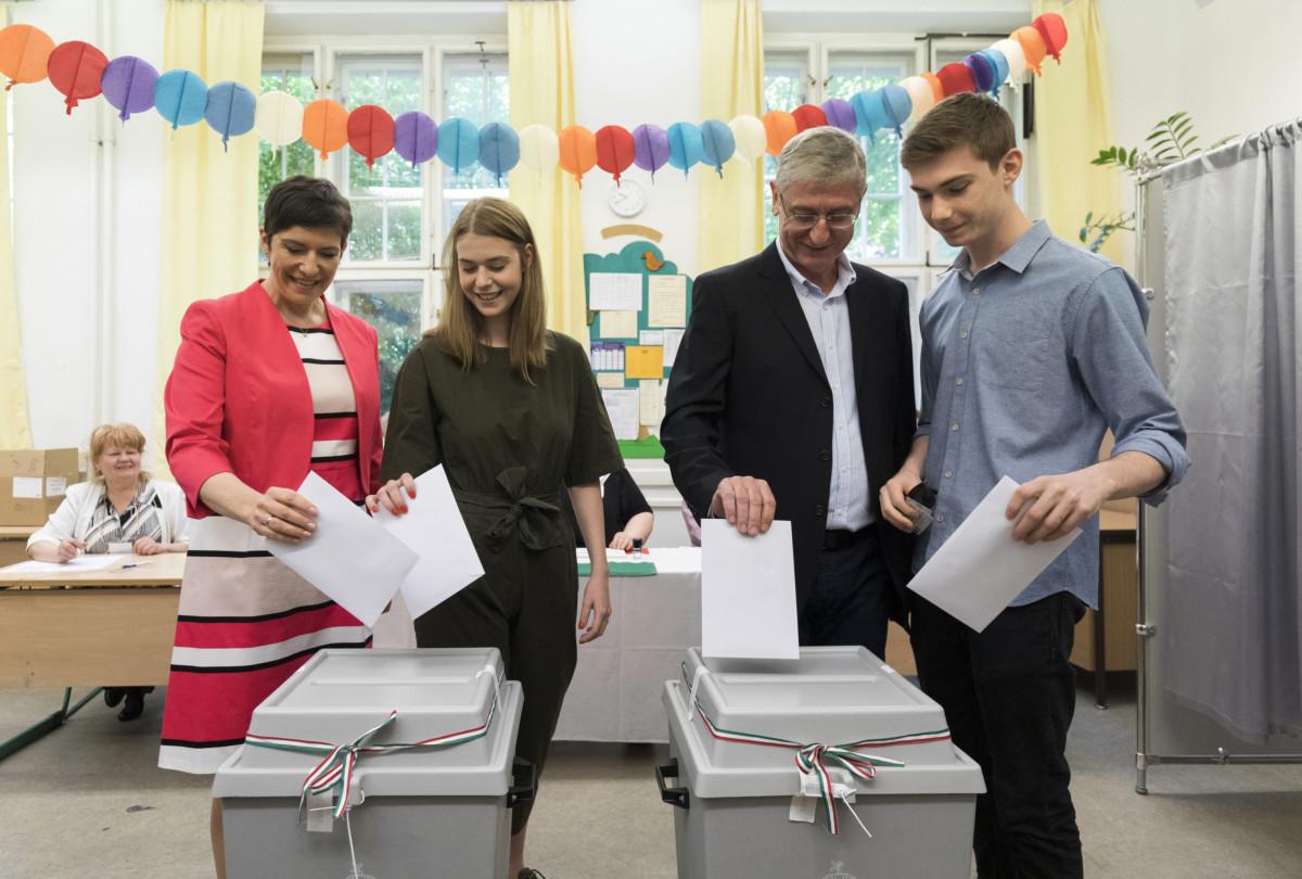 Dobrev Klára, a DK EP-listavezetője (b) és férje, Gyurcsány Ferenc, a DK elnöke (j2) az európai parlamenti választáson az Áldás Utcai Általános Iskolában kialakított szavazókörben 2019. május 26-án. (Mellettük gyermekeik, Anna (b2) és Tamás (j).