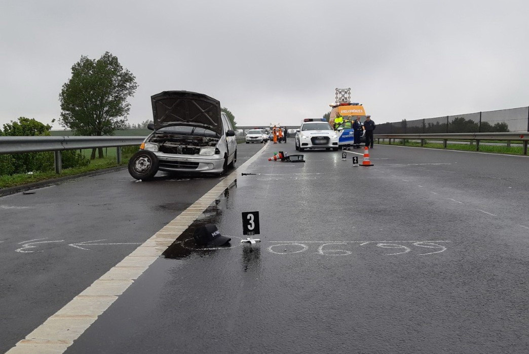 Kerékcsere közben gázoltak halálra egy fiatalembert az M3-ason