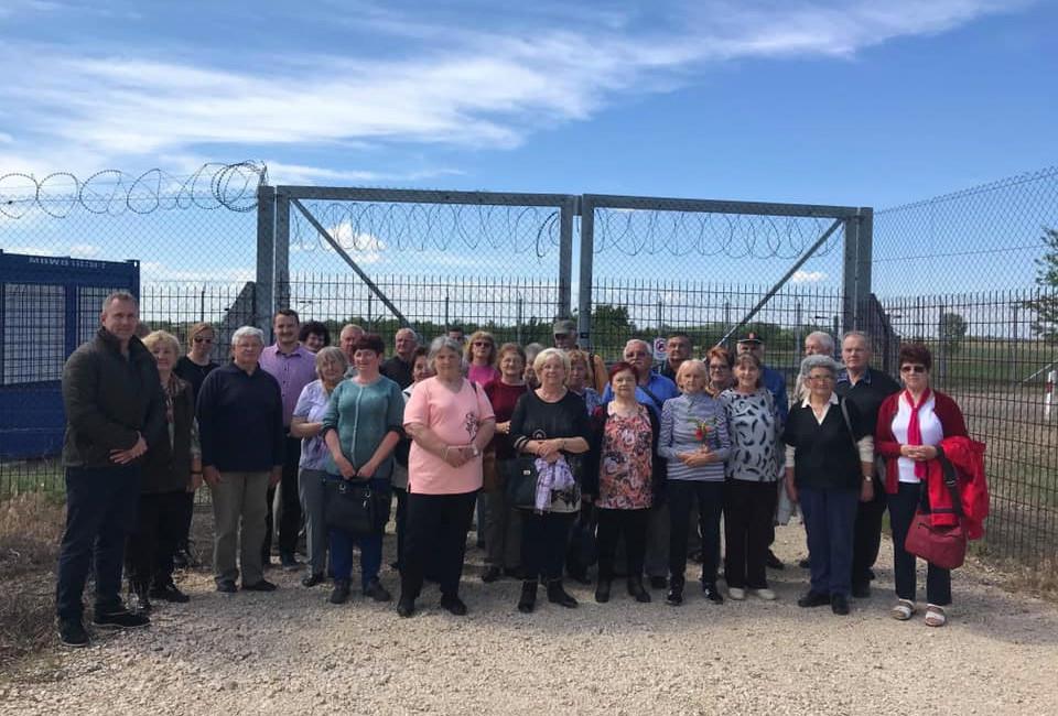 Buszos kirándulást szervezett a határkerítéshez egy fideszes polgármester