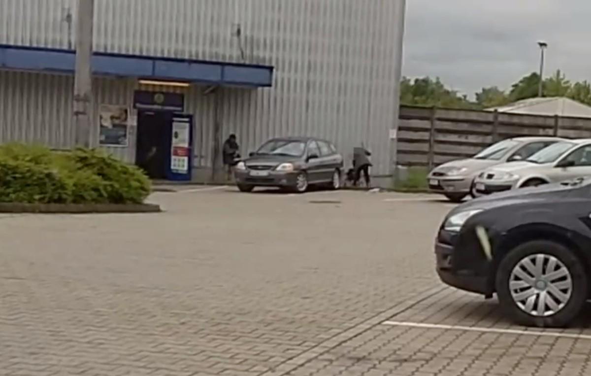 Bottal verte a földön fekvő férfit egy biztonsági őr Kaposváron