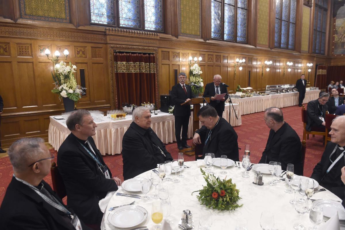 Kövér László, az Országgyűlés elnöke köszönti a 2020-as budapesti Nemzetközi Eucharisztikus Kongresszus előkészületeit megtekintő bíborosokat és a püspöki konferenciák képviselőit a Parlamentben 2019. május 9-én.