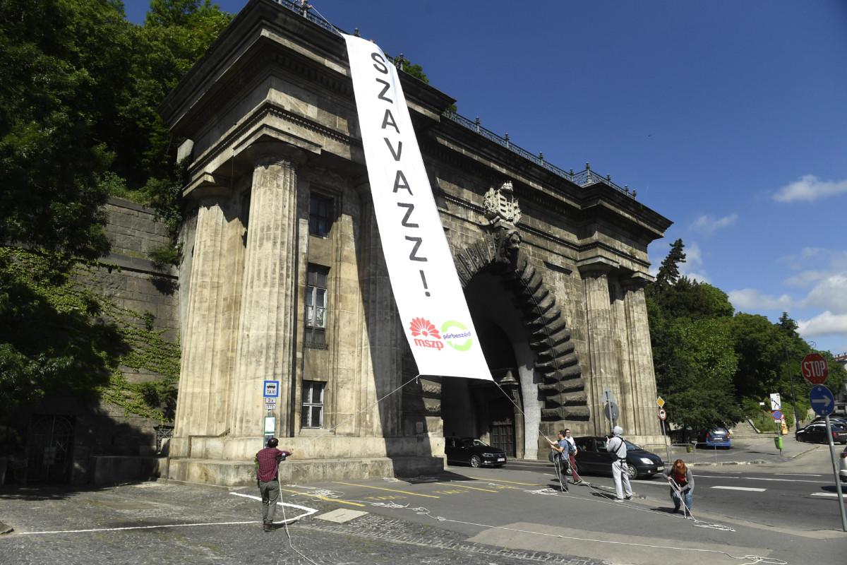 Molinót helyeznek el aktivisták a Váralagút bejáratánál az MSZP-Párbeszéd Szavazz Európára című kampányzáró sajtótájékoztatója előtt Budapesten, a Clark Ádám téren 2019. május 25-én.