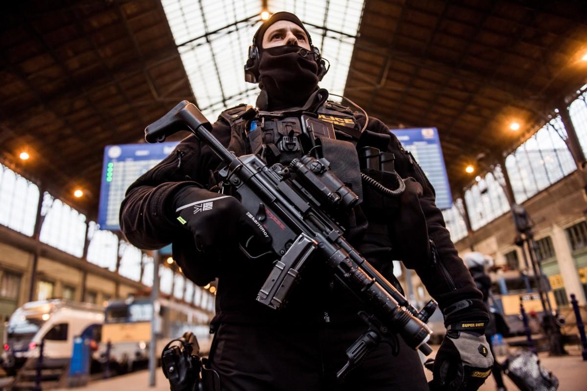 A Terrorelhárítási Központ (TEK) egyik munkatársa Budapesten, a Nyugati pályaudvaron 2016. december 20-án.