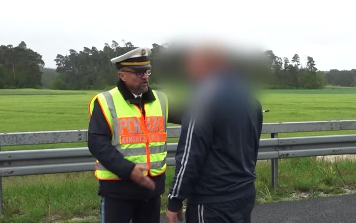 Kiosztott egy magyar sofőrt a német rendőr, miután halálos balesetet fotózott