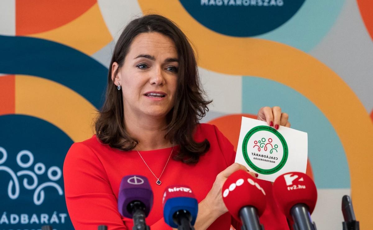 Novák Katalin család- és ifjúságügyért felelős államtitkár bemutatja a nagycsaládosoknak szóló autóvásárlási támogatáshoz tartozó Családbarát Magyarország feliratú matricát az Emberi Erőforrások Minisztériumában 2019. május 24-én.