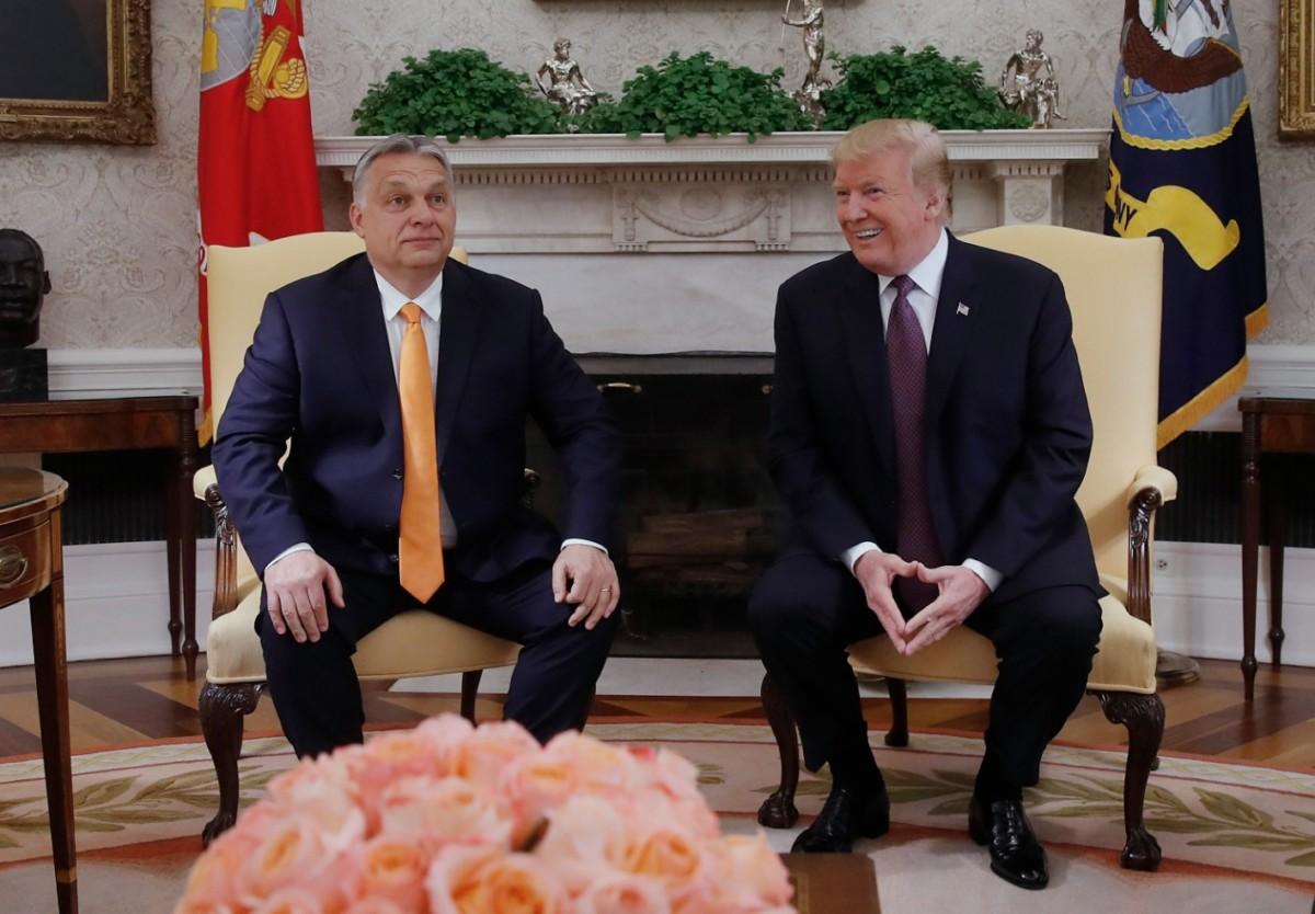 Donald Trump amerikai elnök (j) és Orbán Viktor miniszterelnök megbeszélést folytat a washingtoni Fehér Ház Ovális irodájában 2019. május 13-án.