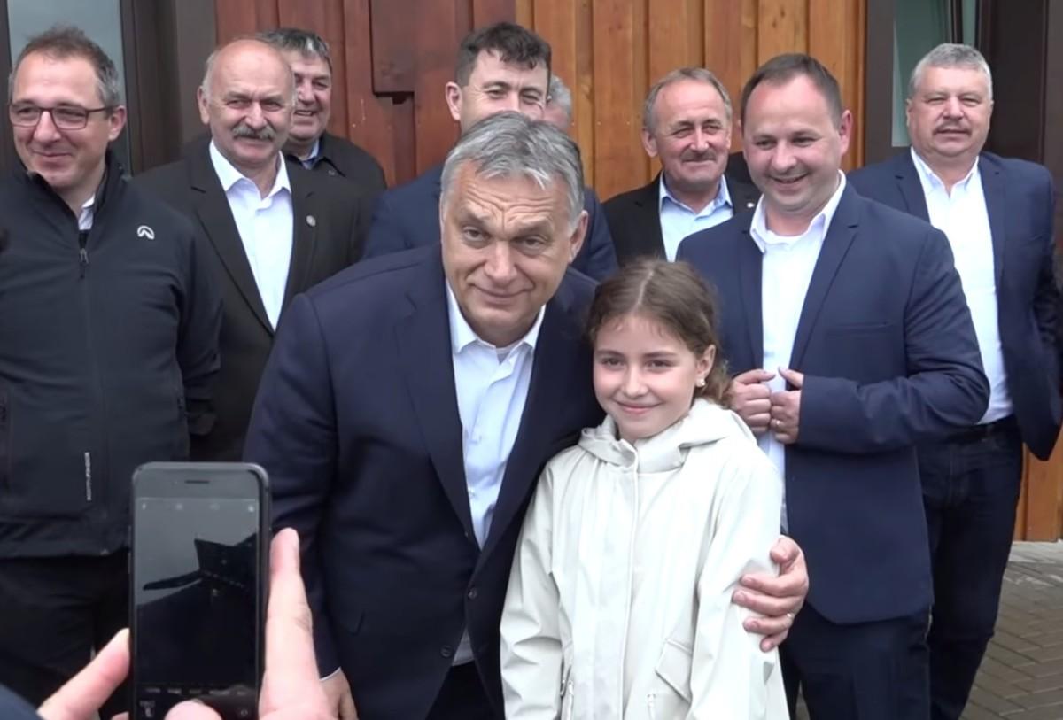 Árva gyerekekkel fotózkodott Orbán Viktor