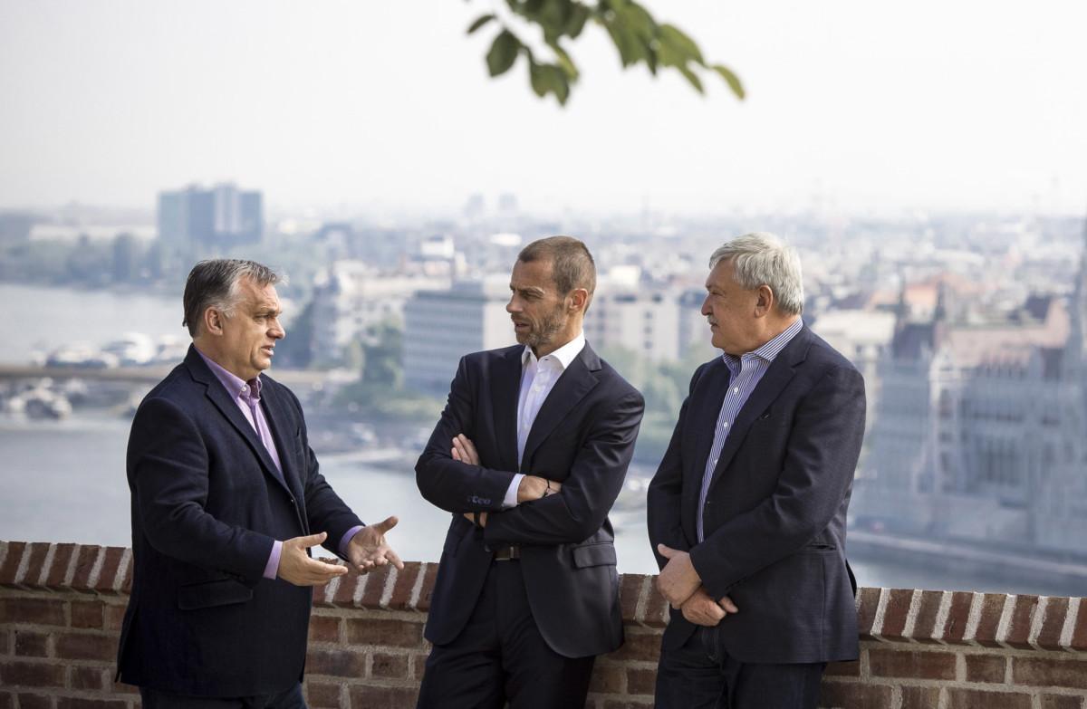 Orbán Viktor kormányfő, Aleksander Ceferin, az Európai Labdarúgó-szövetség, az UEFA elnöke és Csányi Sándor, a Magyar Labdarúgó Szövetség (MLSZ) elnöke (b-j) beszélget a Karmelita kolostor teraszán 2019. május 18-án.