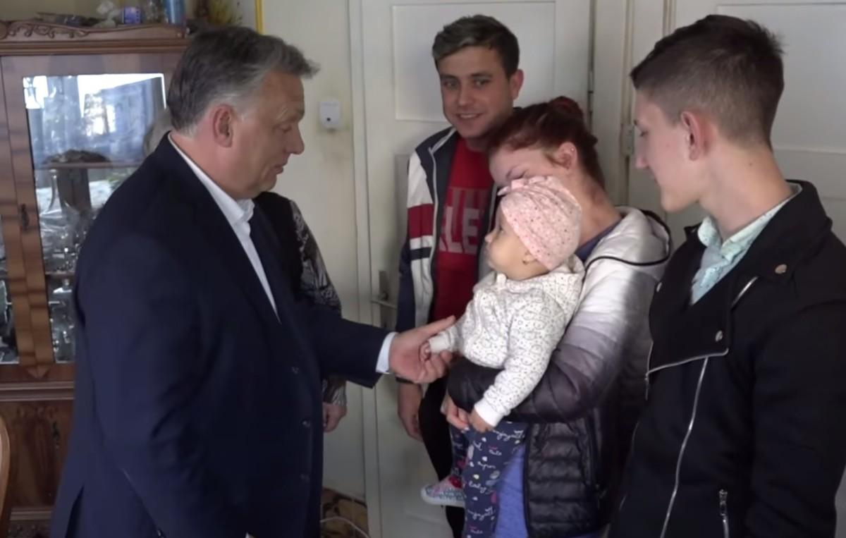 Orbán Viktor Erdélyben is beugrott családot látogatni