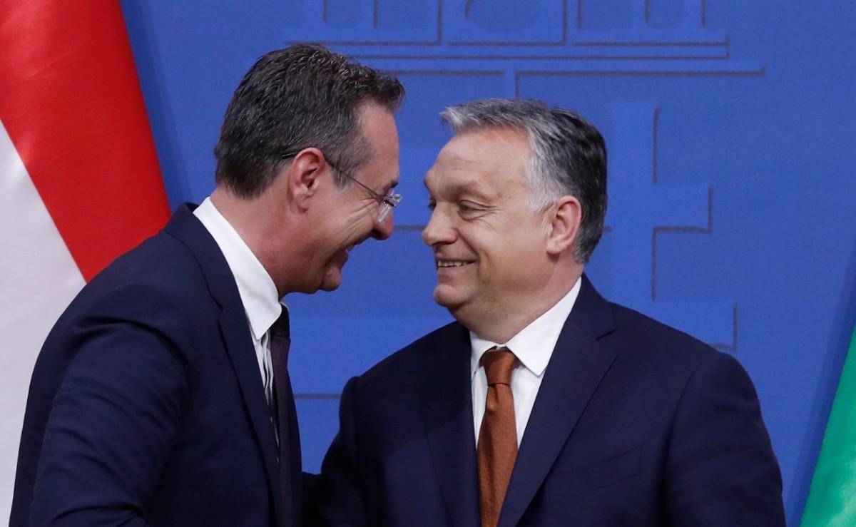 Orbán Viktor miniszterelnök (j) és Heinz-Christian Strache osztrák alkancellár kezet fog tárgyalásuk után tartott sajtótájékoztatójukon a Karmelita kolostorban 2019. május 6-án.