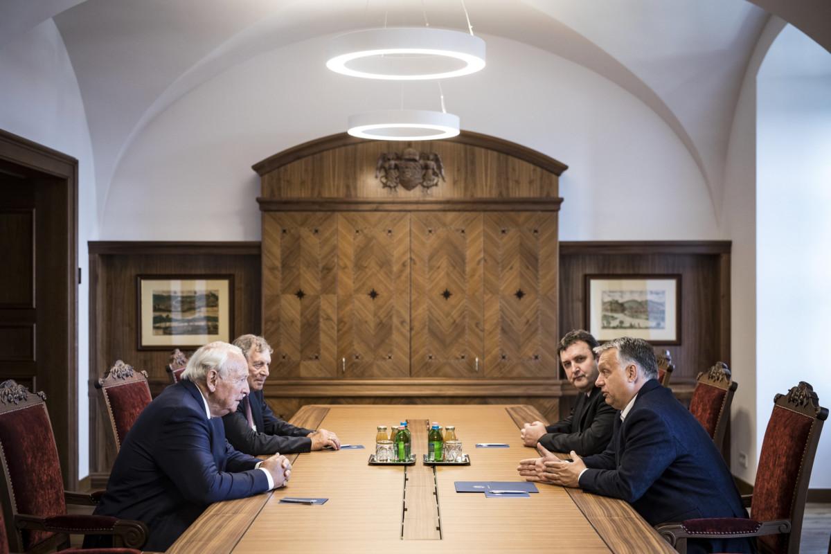 Orbán Viktor miniszterelnök (j) és Heinz Hermann Thiele, a Knorr-Bremse AG felügyelőbizottságának tiszteletbeli elnöke (b) megbeszélést folytat a Karmelita kolostorban 2019. május 2-án. Jobbról Palkovics László innovációs és technológiai miniszter (j2), balról Lepsényi István, a Valor Hungariae Zrt. vezérigazgatója (b2).