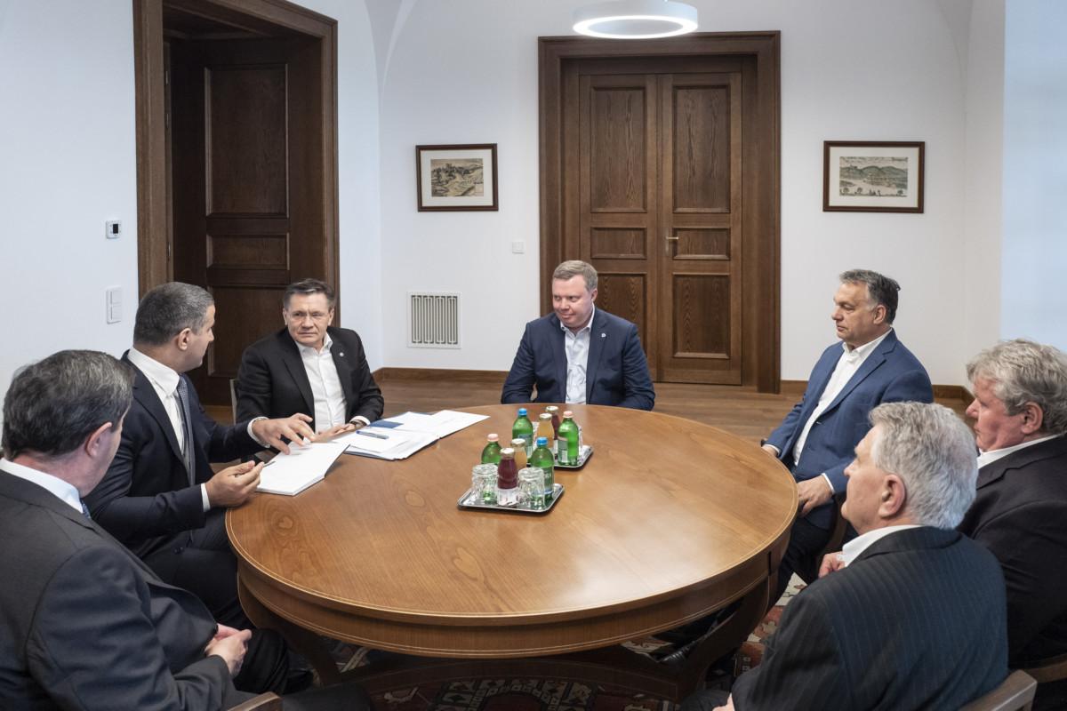 Orbán Viktor miniszterelnök (j3) fogadja Alekszej Lihacsovot, a Roszatom vezérigazgatóját (b3) a Karmelita kolostorban 2019. május 12-én.