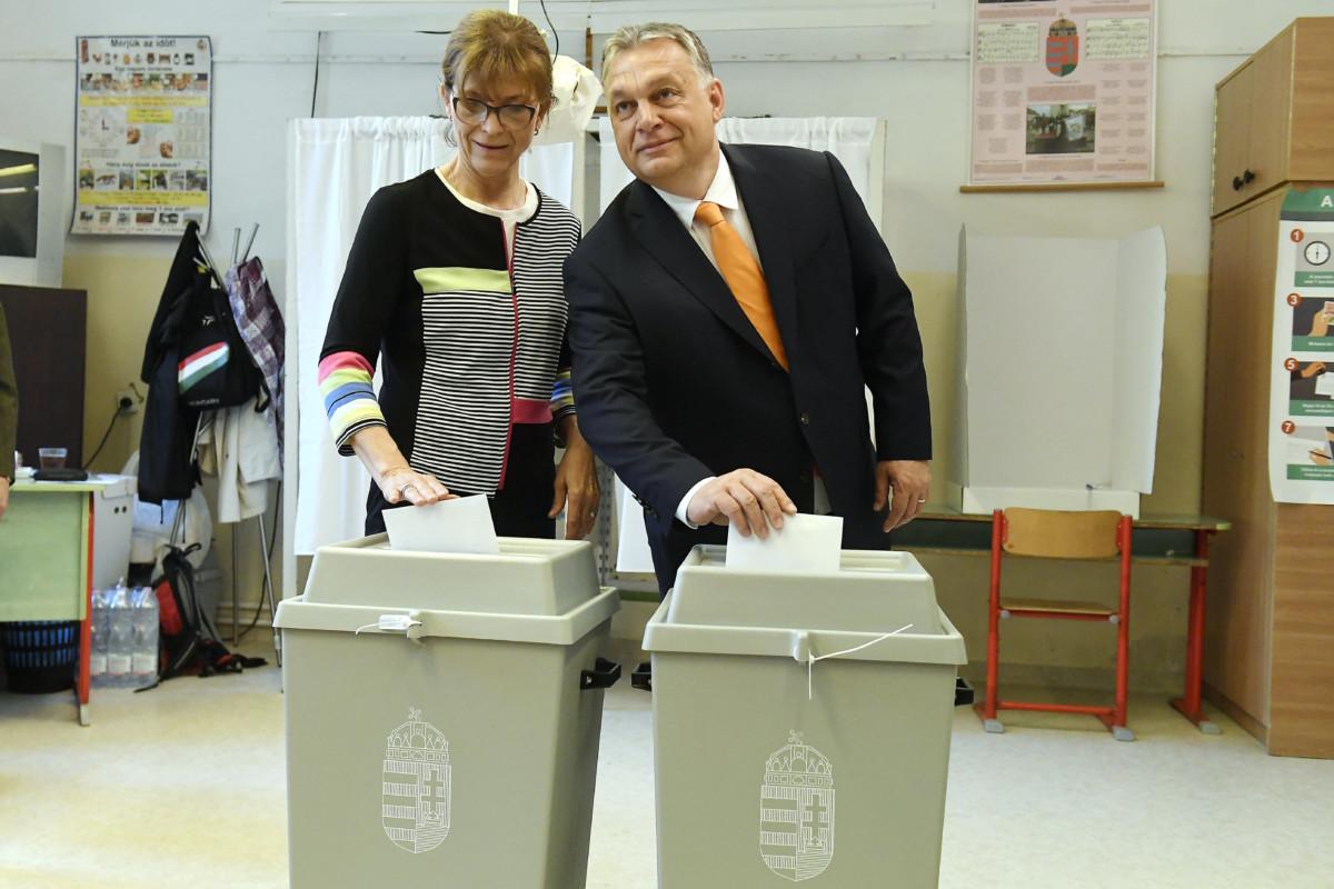 Orbán Viktor miniszterelnök, a Fidesz elnöke felesége, Lévai Anikó társaságában leadja szavazatát az európai parlamenti választáson a XII. kerületi Zugligeti Általános Iskolában kialakított 53. szavazókörben 2019. május 26-án.
