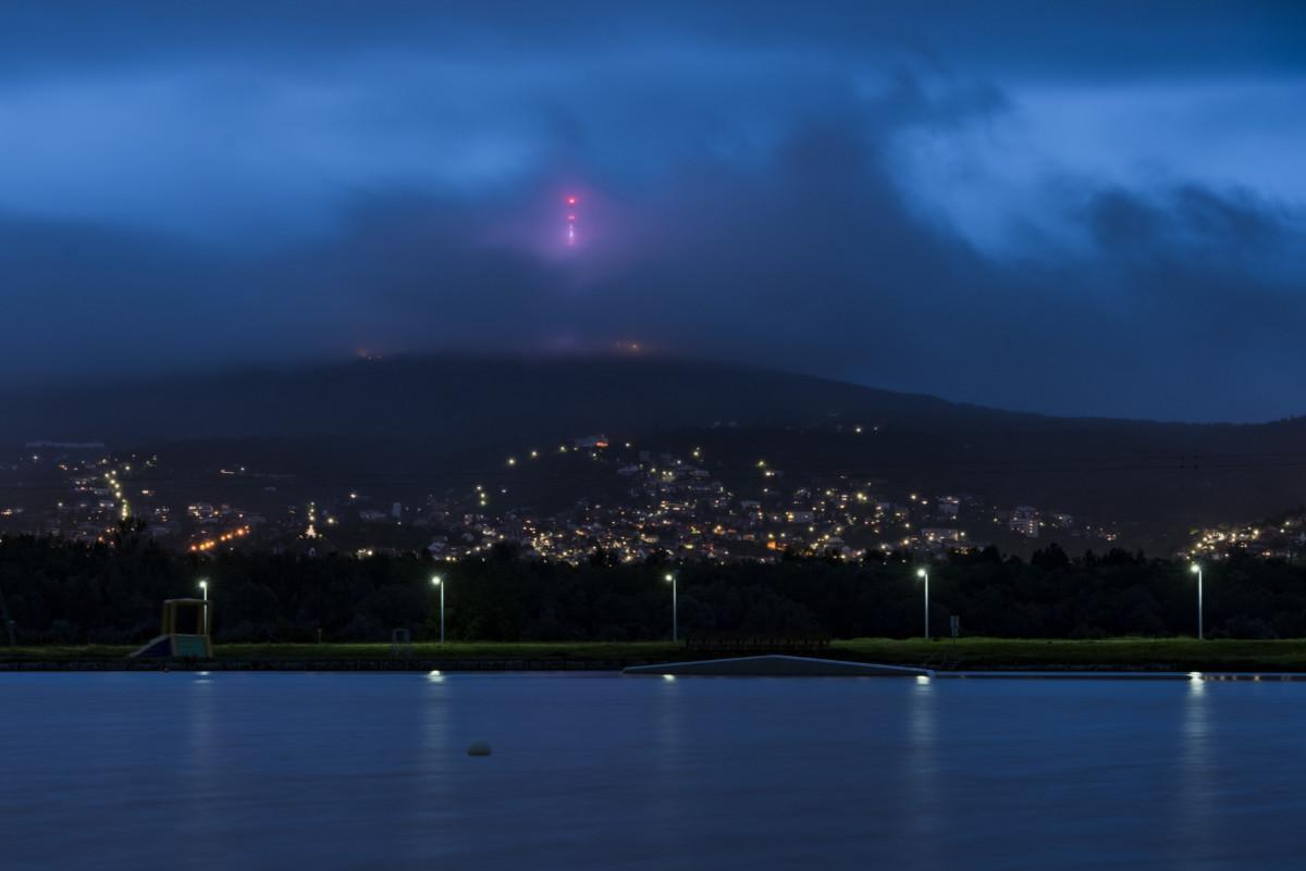 A kivilágított pécsi tévétorony viharfelhőben 2019. május 5-én.