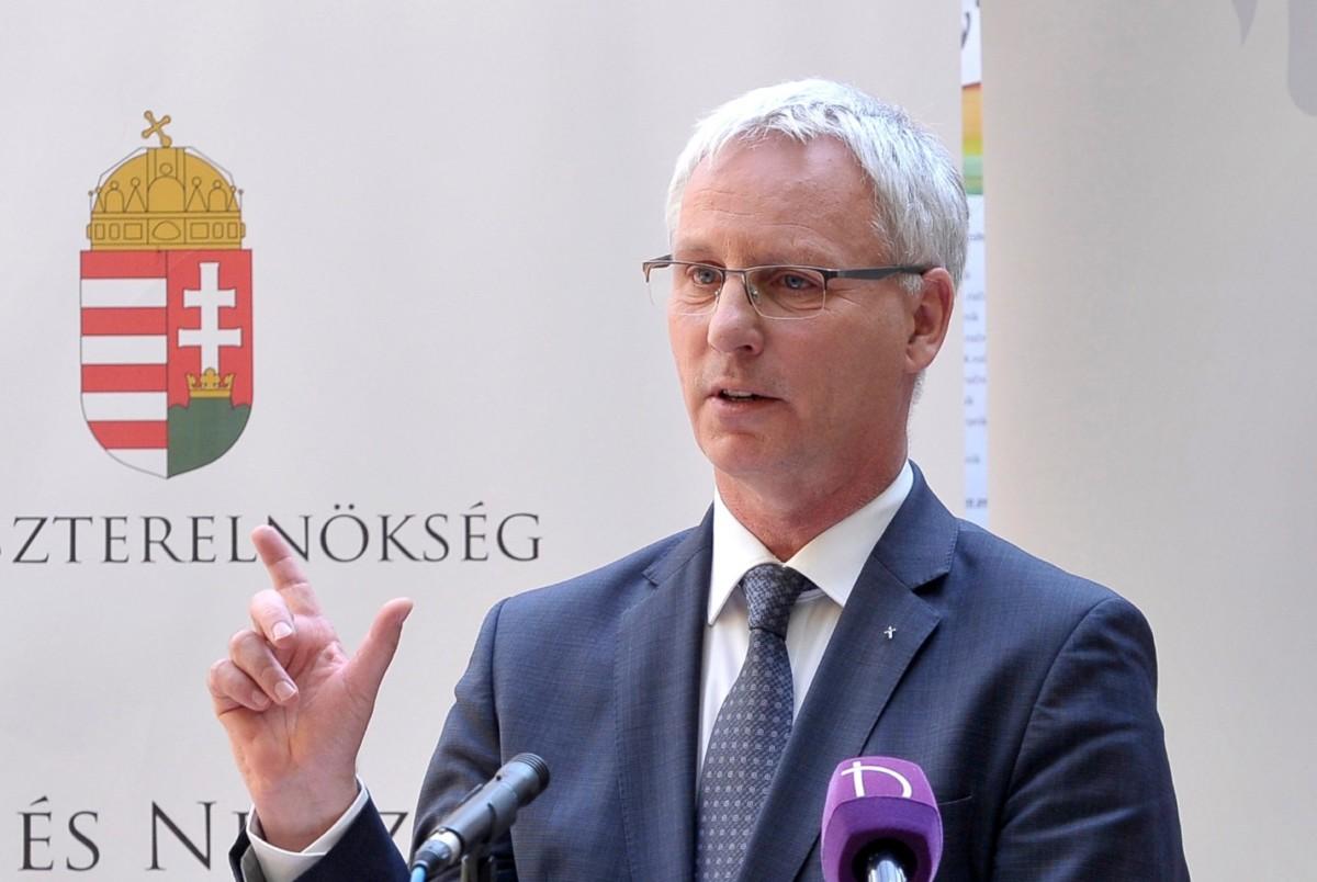 Soltész Miklós, a Miniszterelnökség egyházi és nemzetiségi kapcsolatokért felelős államtitkára beszédet mond a budapesti szlovák iskola kollégiuma felújított épületének átadóünnepségén a XIII. kerületi Lomb utcában 2019. április 30-án.