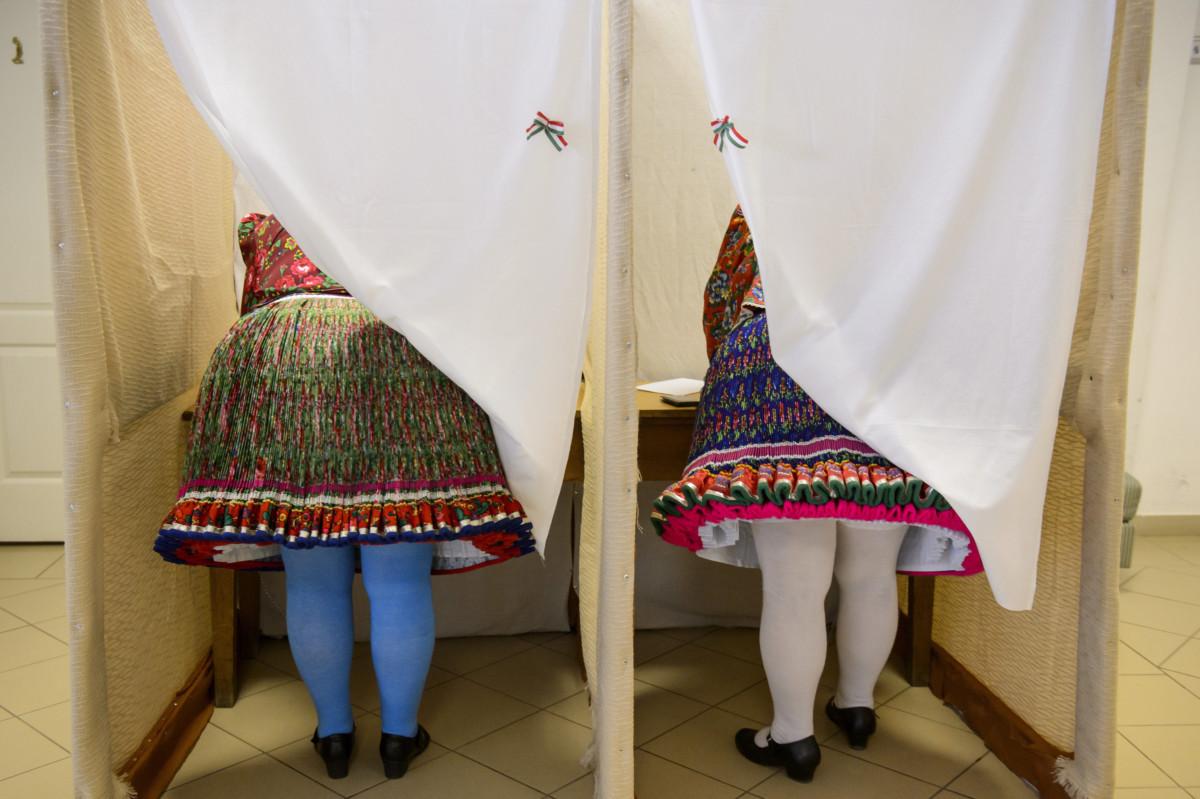 Nők bujáki népviseletben a Glatz Oszkár Művelődési Központban kialakított 2-es számú szavazókör szavazófülkéiben az európai parlamenti (EP) választáson 2019. május 26-án.