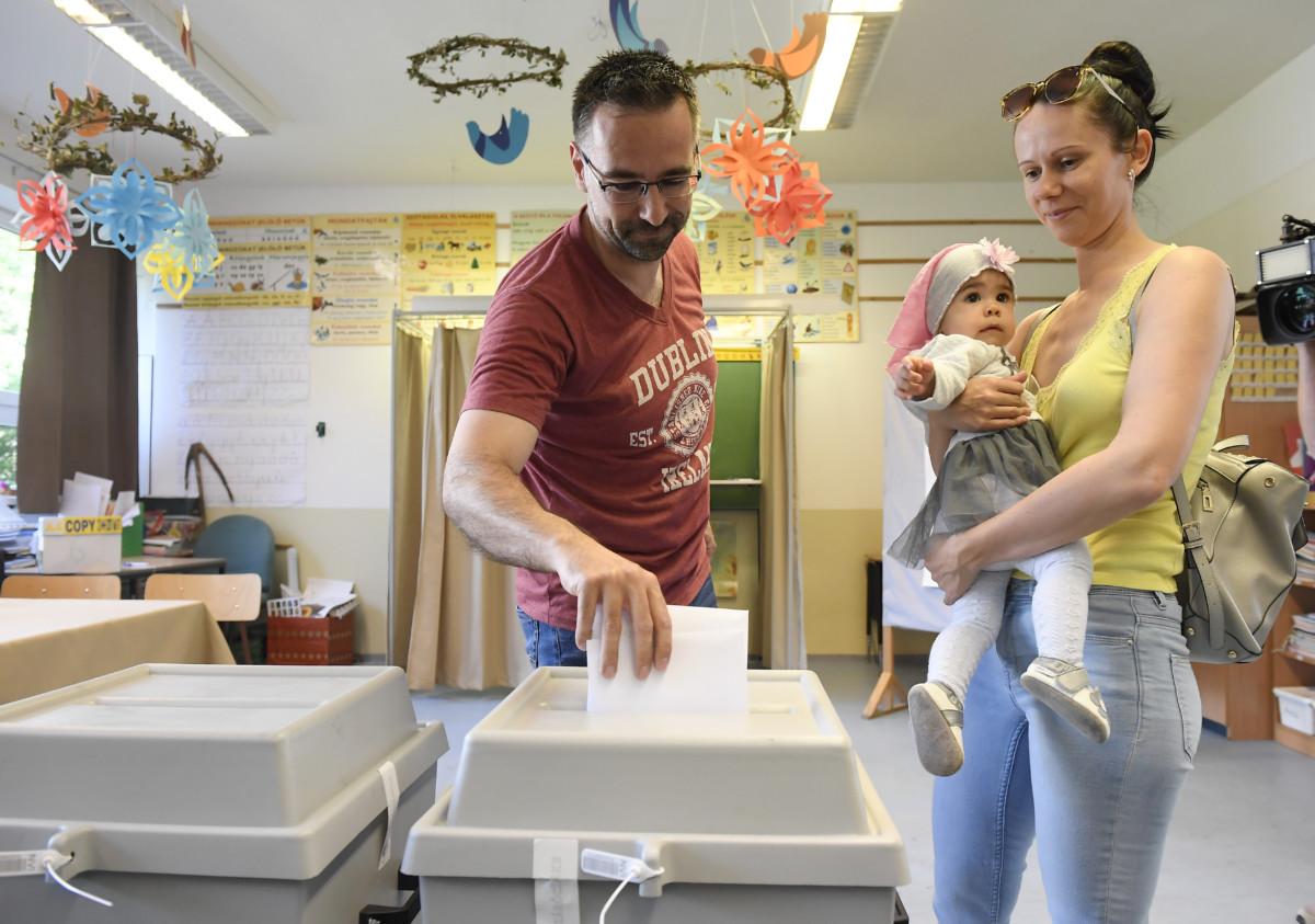 Paksi Gábor családjával szavaz az európai parlamenti választáson a Nagykovácsi Általános Iskolában kialakított 6. szavazókörben 2019. május 26-án.