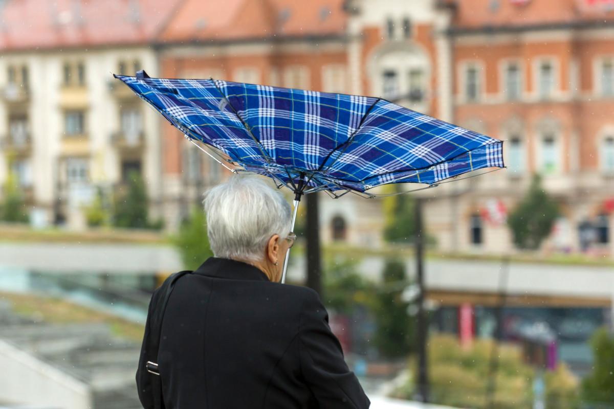 A szél kifordítja egy nő esernyőjét a Széll Kálmán téren 2018. augusztus 26-án.