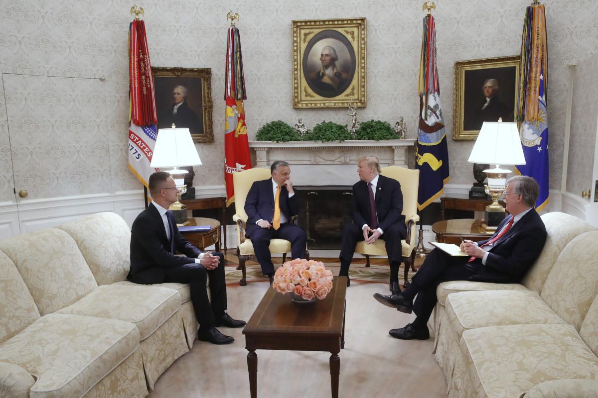 Donald Trump amerikai elnök (j2) és Orbán Viktor miniszterelnök (b2) megbeszélést folytat a washingtoni Fehér Ház Ovális irodájában 2019. május 13-án. Mellettük John Bolton nemzetbiztonsági tanácsadó (j) és Szijjártó Péter külgazdasági és külügyminiszter (b).