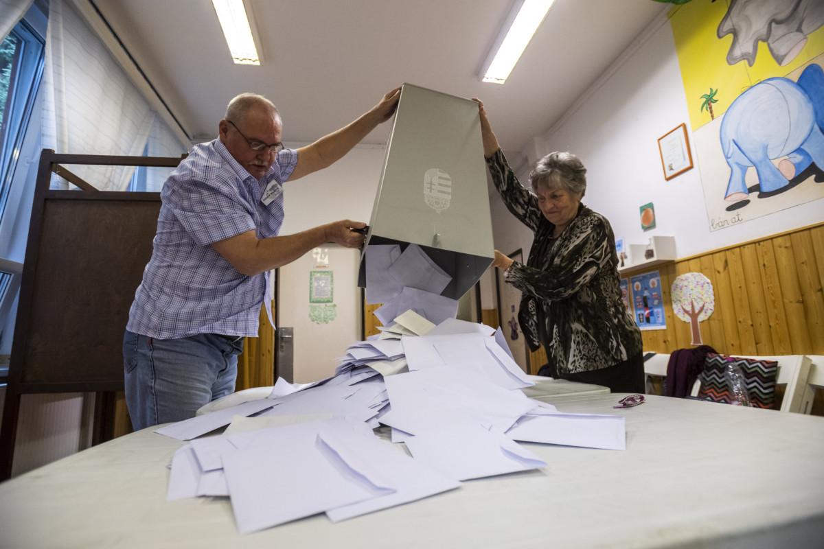 Budapest, 2019. május 26. A szavazatszámláló bizottság tagjai kiürítik az urnát és megkezdik a szavazatok számlálását a szavazóhelyiség bezárása után a budapesti Narancs Óvodában kialakított szavazókörben az EP-választás napján, 2019. május 26-án. MTI/Mónus Márton