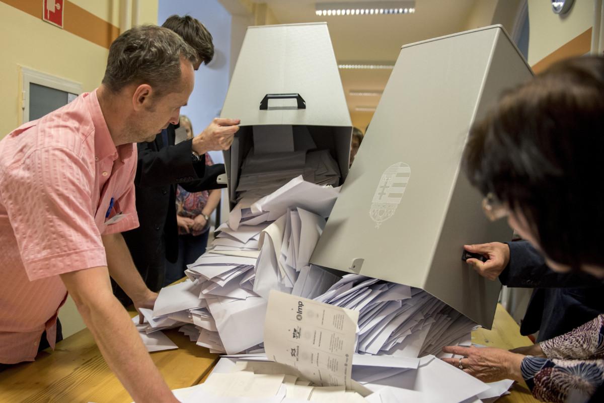 Pécs, 2019. május 26. A szavazatszámláló bizottság tagjai kiürítik az urnát, mielőtt megkezdik a szavazatok számlálását a szavazóhelyiség bezárása után a pécsi, Kossuth téri polgármesteri hivatalban kialakított szavazóhelyiségben, az EP-választás napján, 2019. május 26-án. MTI/Sóki Tamás